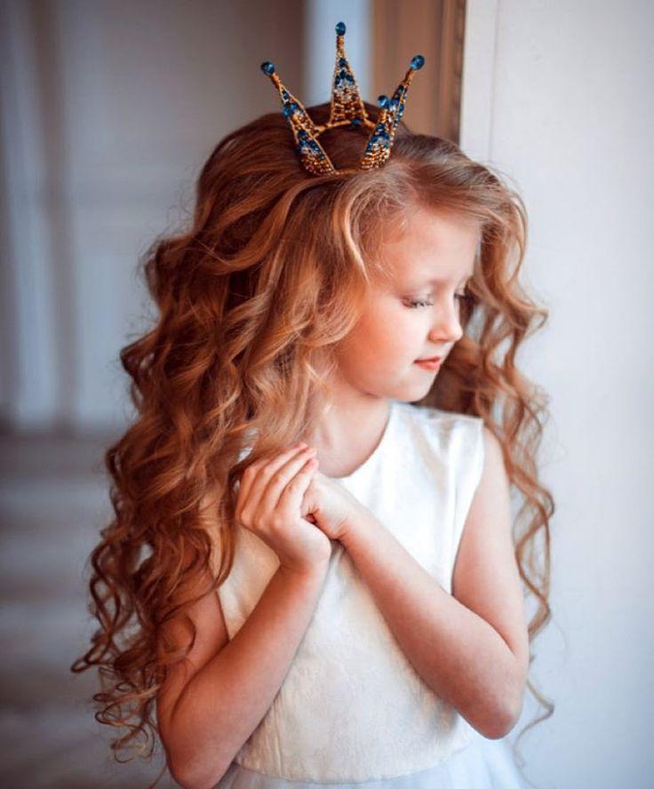 Праздничные прически для девочек с коронами и диадемами